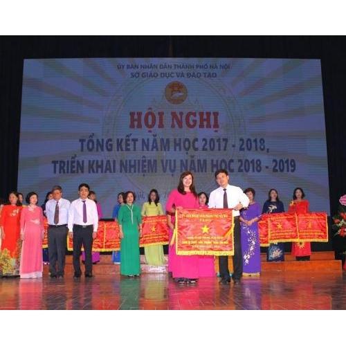 Trường Tiểu học Trần Phú và trường THCS Trung Sơn Trầm vinh dự được UBND thành phố Hà Nội tặng Cờ thi đua xuất sắc
