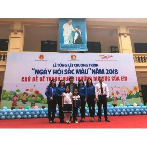 Em Nguyễn Thuỳ Dương HS lớp 3C, Nguyễn Nhã Uyên HS lớp 3A nhận giải tại lễ tổng kết chương trình 'Ngày hội sắc màu' năm 2018